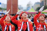 """广西北部山区学生升国旗庆""""五一"""""""